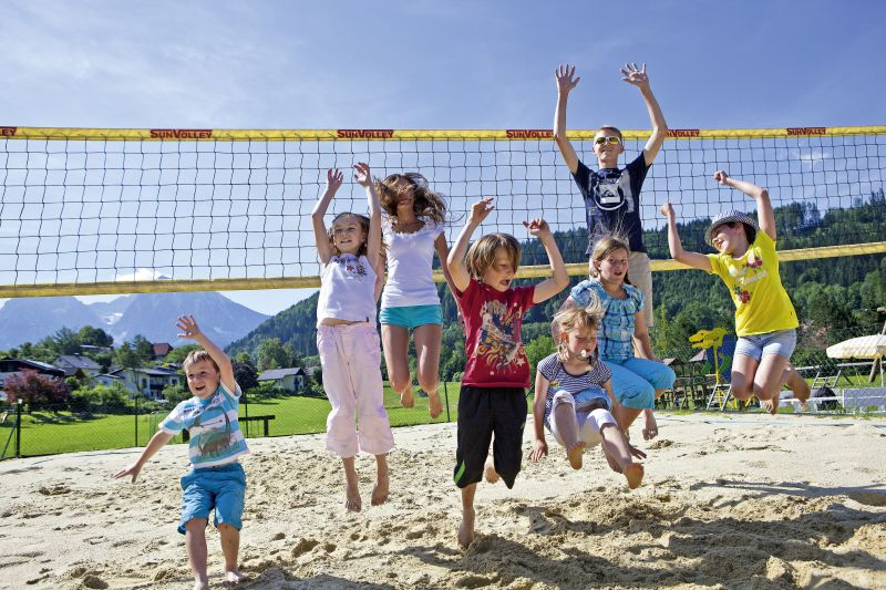 Kinder auf Volleyballplatz
