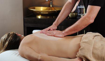 Massaggio peeling corpo con tempo d'azione