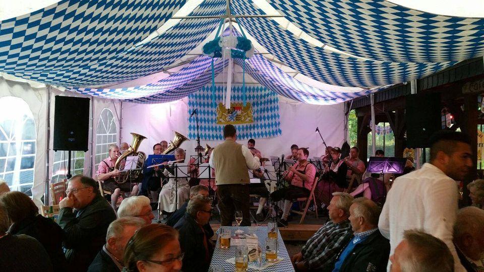 Oktoberfest im Biergarten in Bispingen